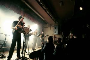 Bang, Torgalsbøen, Mohn og Hjulstad speider ut over et ellevilt publikum.